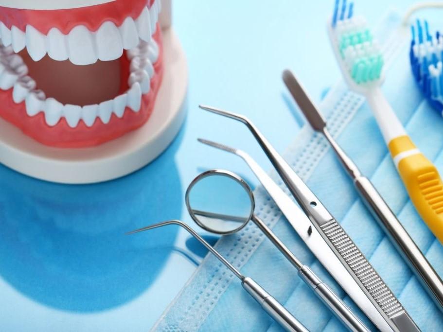 Почему чистить зубы щеткой недостаточно